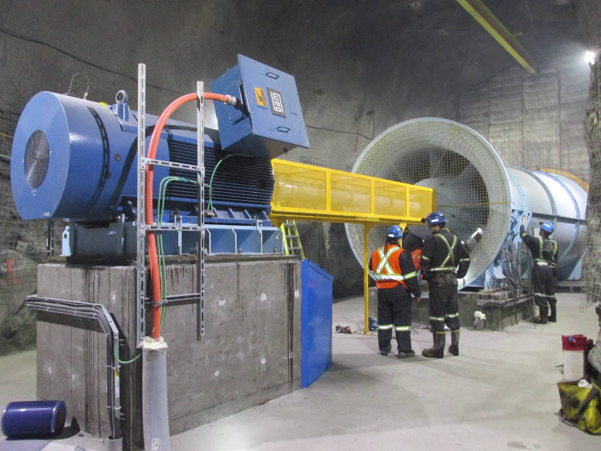 A very big turbine Goldex with workers working on it